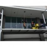 เช็ดกระจกอาคารสูง - บริษัทรับทำความสะอาด บางกอก แคร์ เซอร์วิส
