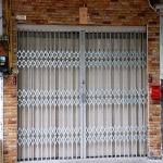 ติดตั้งงานประตูยืดแบบมีบังตา  ชลบุรี - ผลิต จำหน่าย ติดตั้งประตูม้วน - จำเริญ เอ็นจิเนียริ่ง