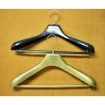รับทำไม้แขวนเสื้อติดโลโก้ - โรงงานผลิตไม้แขวนเสื้อ - เอส พี ยูเนี่ยน