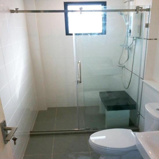 จำหน่ายติดตั้งฉากกั้นอาบน้ำ - บริษัท เอ โอ วาย เชาเวอร์ จำกัด - จำหน่ายติดตั้งฉากกั้นอาบน้ำ  ฉากกั้นอาบน้ำบานเปิดเปลือย  ฉากกั้นอาบน้ำ  ฉากกั้นอาบน้ำบานเลื่อนเปลือย  กั้นอาบน้ำบานเลื่อนมีเฟรม  บานโช๊คประตู  ติดตั้งฉากกั้นอาบน้ำ